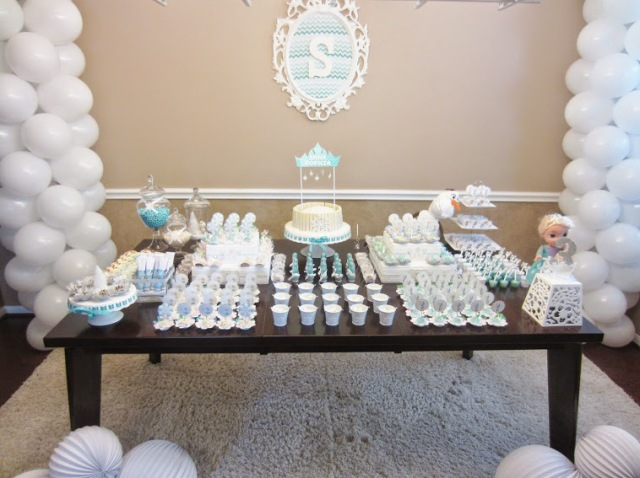 Festa tema Frozen, festa de aniversário Frozen, aniversário infantil, festa infantil, maternidade hoje, mesa frozen