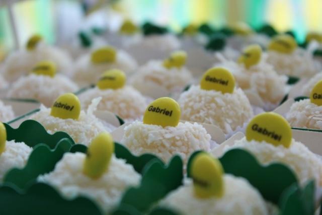 Festa infantil, festa Brasil, tema Brasil, tema verde e amarelo, beijinho, beijinho customizado, M&M personalizado