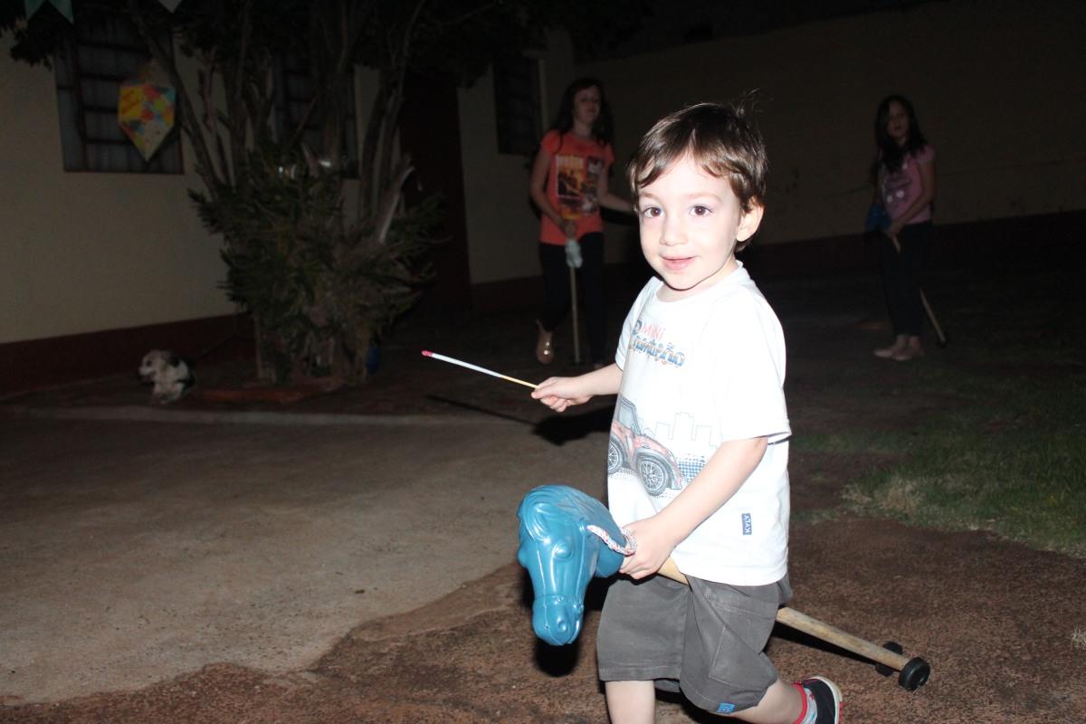 Festa junina, maternidade hoje, menino, cavalinho de pau