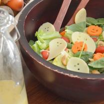 Até a salada entra no clima! Ideia mara para animar as crianças a comer vegetais. De The Idea Room.
