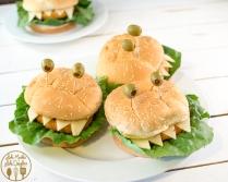 Adapte nossa receita de nuggets e faça hambúrgueres caseiros. Esse lanche lindo e saudável vai ser sucesso absoluto com as crianças! De Like Mother Like Daughter.