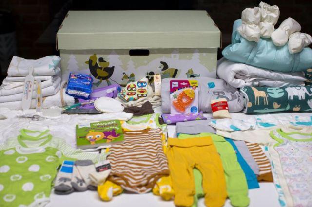 Porque os bebês finlandeses dormem em caixas de papelão-enxoval