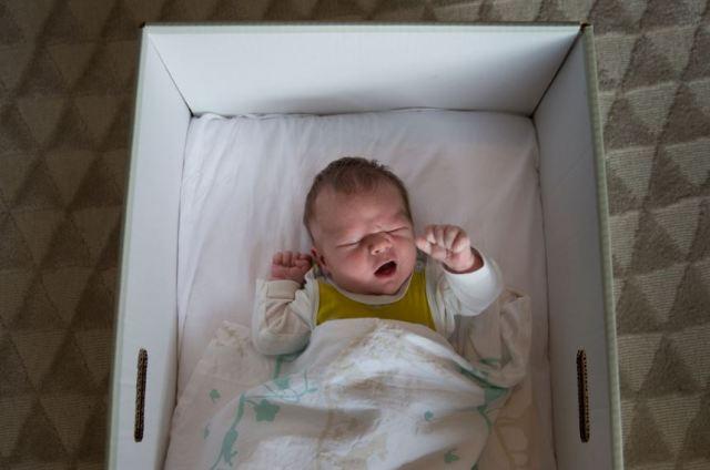Porque os bebês finlandeses dormem em caixas de papelão